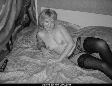 Изображение обалденной обнажённой женщины с натуральной грудью