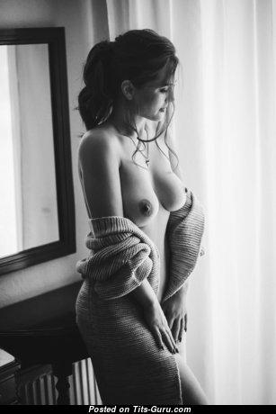 Красотка с красивым обнажённым средним бюстом (hd интимная фотка)