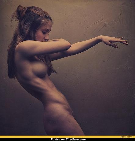 Изображение. Фото восхитительной голой модели с среднего размера дойками