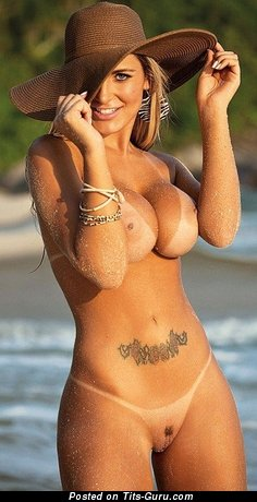 Картинка сексуальной голой модели с большими силиконовыми дойками