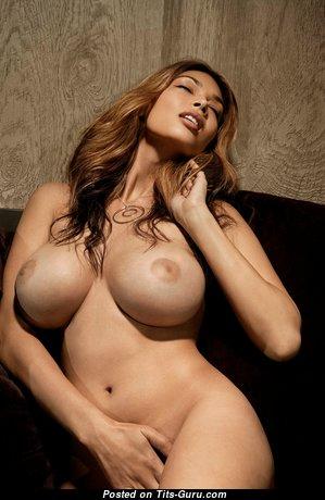 Красотка с офигенными обнажёнными солидными сиськами (4k 18+ изображение)
