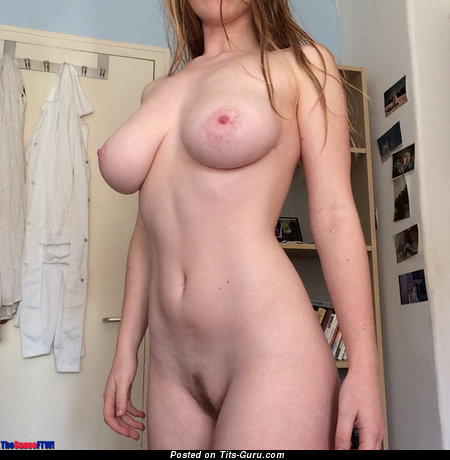 Amateur naked beautiful lady with medium natural boobies pic
