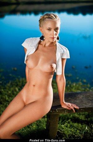 Изображение. Фотография шикарной раздетой чувихи с средними дойками