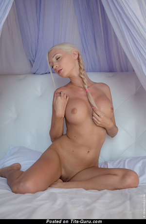 Изображение. Фото сексуальной раздетой модели с большими дойками
