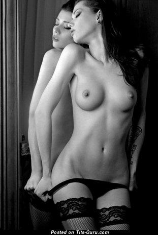 Изображение. Фотка сексуальной голой брюнетки с натуральными сисечками