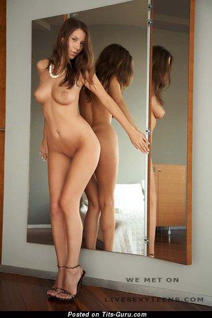 Селфи фото обалденной брюнетки топлесс с среднего размера натуральными дойками