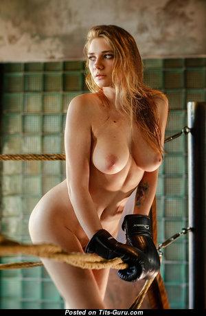 Красотка с шикарным оголённым натуральным среднего размера бюстом (hd интимная картинка)