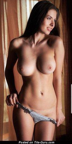 Фото красивой брюнетки топлесс с натуральной грудью