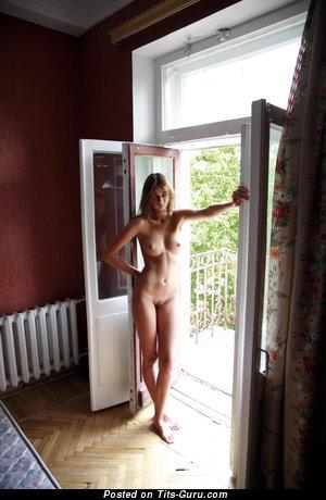 Изображение. Изображение сексуальной голой леди с натуральными сисечками