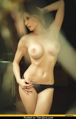 Изображение. Картинка невероятной обнажённой леди с большими силиконовыми сиськами