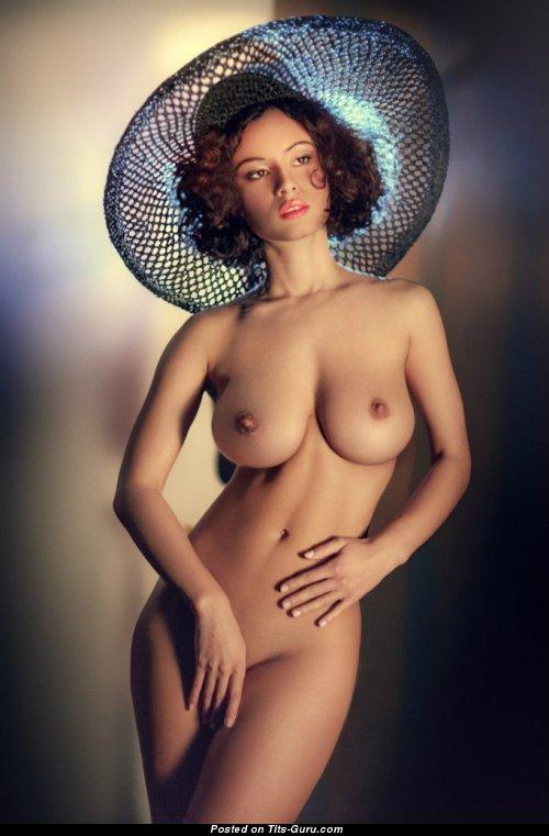 golie-modeli-demonstrirovali-shlyapki
