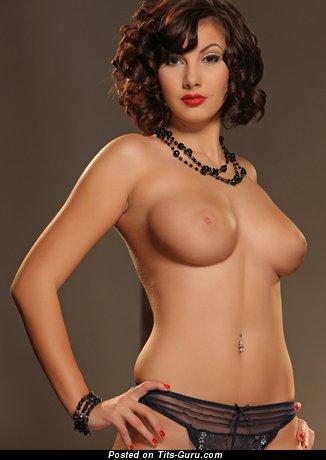 Connie Carter - фотка умопомрачительной обнажённой брюнетки с большими натуральными сисечками