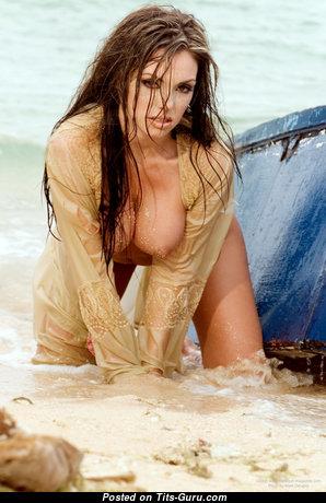 Красотка с восхитительной обнажённой среднего размера грудью (интимное изображение)