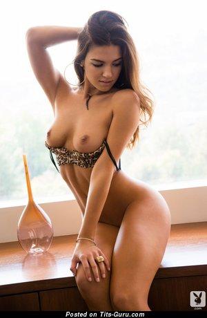 Изображение. Фотография умопомрачительной голой девушки с средней натуральной грудью