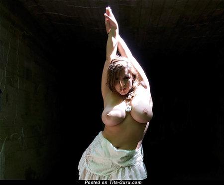 Изображение. Изображение обалденной раздетой модели с большой натуральной грудью
