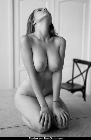 Красотка с обалденной оголённой натуральной среднего размера грудью (hd ххх изображение)