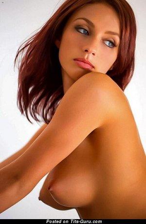 Изображение. Фотка восхитительной рыжей топлесс с среднего размера сисечками, большими сосками
