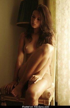 Изображение. Фотография сексуальной обнажённой чувихи с средней натуральной грудью