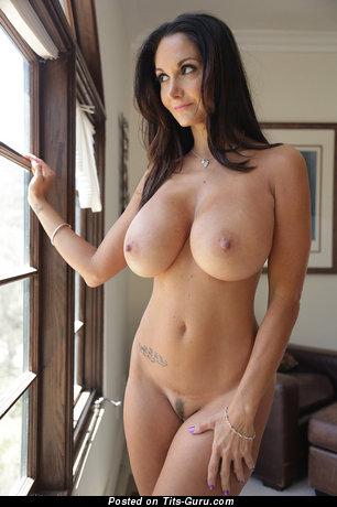 Ava Adams - картинка восхитительной обнажённой брюнетки с большими дойками