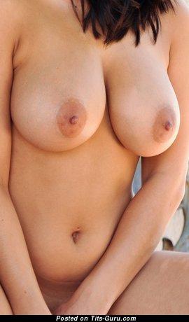 Изображение. Изображение восхитительной обнажённой брюнетки с большими натуральными сисечками