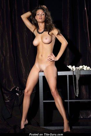 Изображение. Картинка красивой раздетой девушки с среднего размера натуральными дойками
