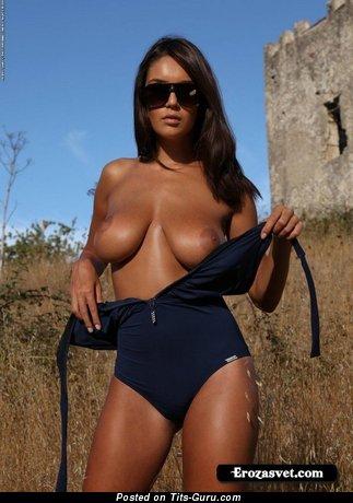 Изображение. Фотка красивой обнажённой девушки с большими натуральными сиськами
