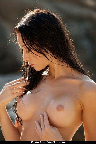 Изображение. Фотография невероятной обнажённой тёлки с среднего размера сисечками