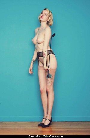 Изображение. Изображение горячей раздетой женщины с среднего размера натуральными сиськами