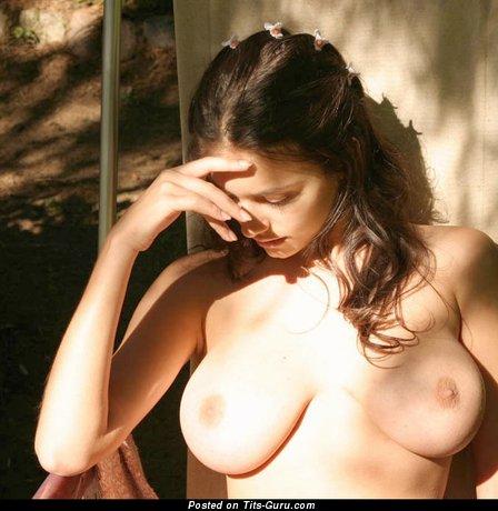 Felicity Fey: брюнетка (Украина) с шикарными обнажёнными натуральными средними цицьками (секс изображение)