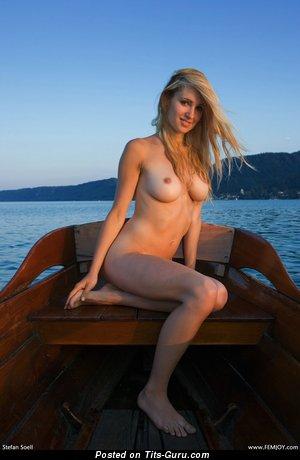 Изображение. Фотка шикарной обнажённой блондинки с средними натуральными сисечками