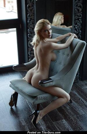 Красотка с эффектными обнажёнными средними сисечками (hd секс фотка)