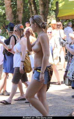Деваха с офигенным оголённым натуральным среднего размера бюстом (hd эротическое изображение)