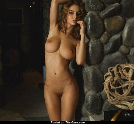 Изображение невероятной голой брюнетки с среднего размера натуральными дойками
