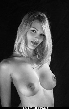 Roxio - фотография горячей блондинки латиноамериканки топлесс с средними сиськами, большими сосками