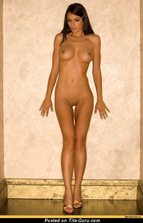 Изображение. Фотография сексуальной голой чувихи с среднего размера грудью