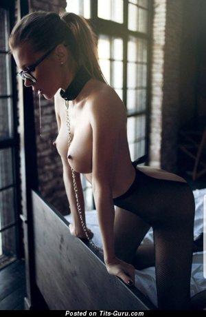Топлесс брюнетка красотка с умопомрачительными оголёнными невеликими сиськами в чулках (hd секс фотка)