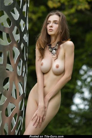 Картинка горячей голой брюнетки с натуральными дойками