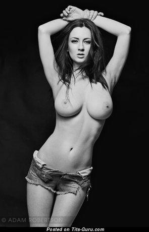 Alice Sey - изображение сексуальной рыжей топлесс с среднего размера дойками
