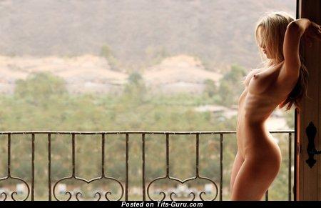 Изображение. Фотография умопомрачительной голой женщины с среднего размера сиськами
