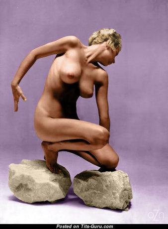 Красотка с супер голой средней грудью (интимное изображение)