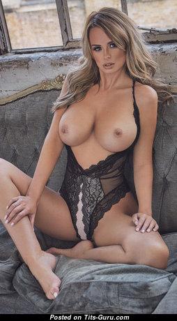 Красотка с эффектными голыми среднего размера сисями (hd секс изображение)