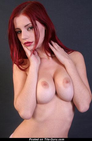 Gabriela Lupinkova: топлесс женщина с сексуальной обнажённой среднего размера грудью (домашнее эротическое изображение)