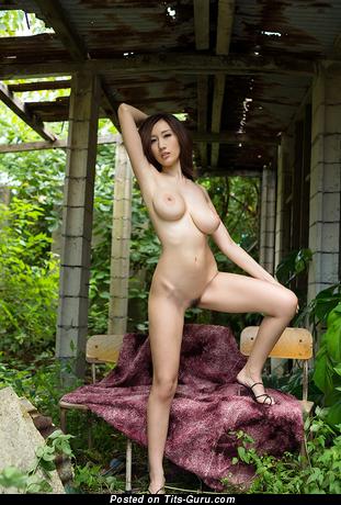 Julia Boin - фотка умопомрачительной обнажённой брюнетки азиатки с средними натуральными сиськами, большими сосками