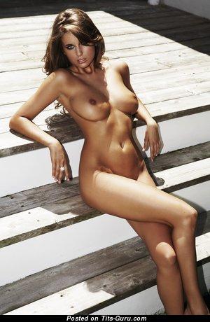 Изображение. Elle Basey - фотография обалденной обнажённой брюнетки с среднего размера дойками