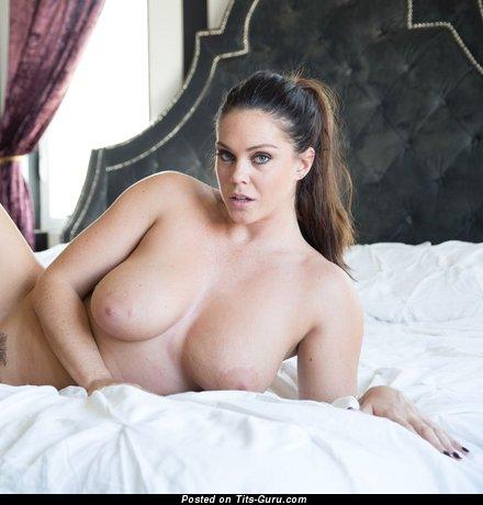 Изображение. Фотография красивой обнажённой девахи с большими натуральными сисечками