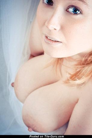 Фотка обалденной голой блондинки с среднего размера натуральными сиськами