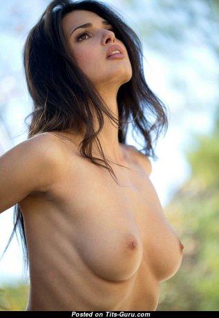 Красотка с эффектными обнажёнными натуральными крохотными сисечками (ххх изображение)