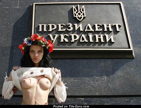 Картинка офигенной раздетой женщины с среднего размера сисечками