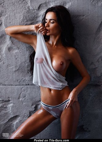 Gorgeous Wet & Glamour Unclothed Brunette with Big Nipples in Panties is Undressing (18+ Foto)