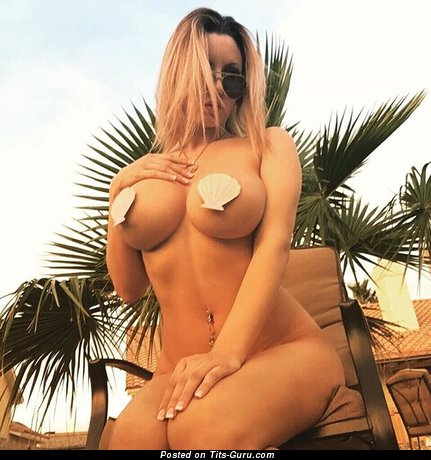Nude awesome woman with big tittys pic